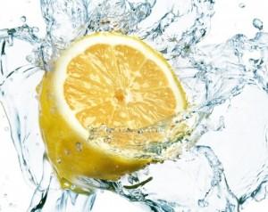 Bir dilim limon bir bardak suyu alkali yapıyor